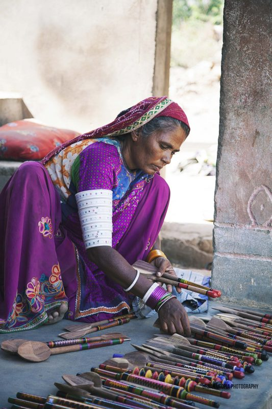 Buying handicrafts from the artists